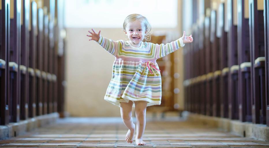 Pige i strikket dåbskjole