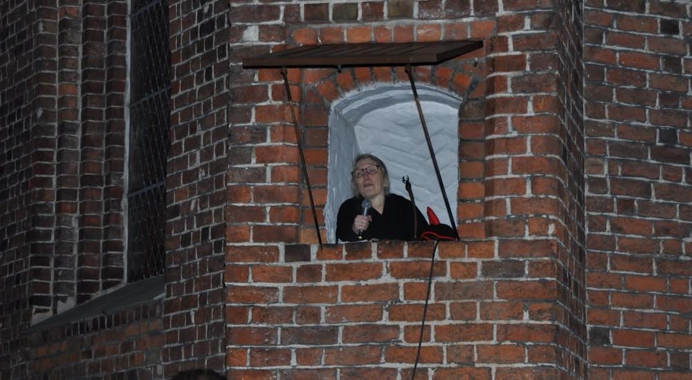 Person der kigger ud af vindue