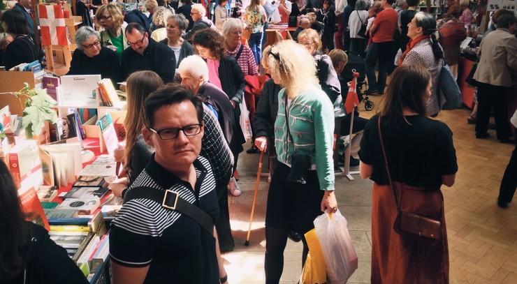 Uskarpt billede af mennesker i en sal