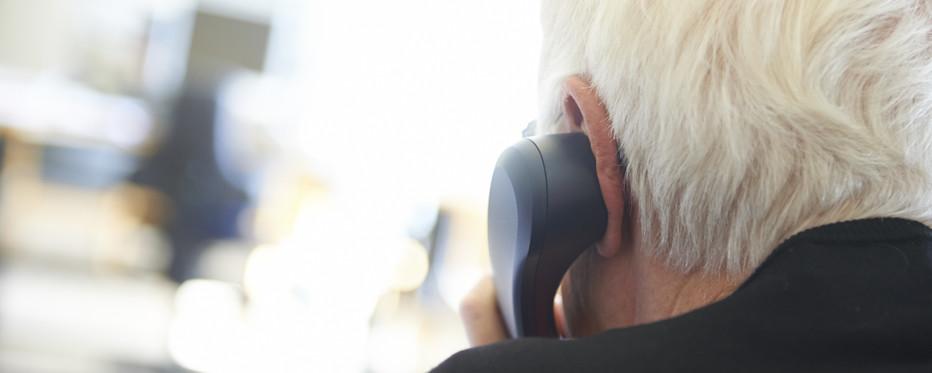 Ældre mand taler i telefon