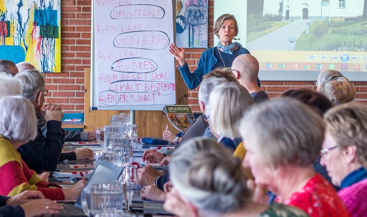Tine Lindhardt underviser - sal med personer