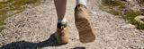 fødder på grusvej