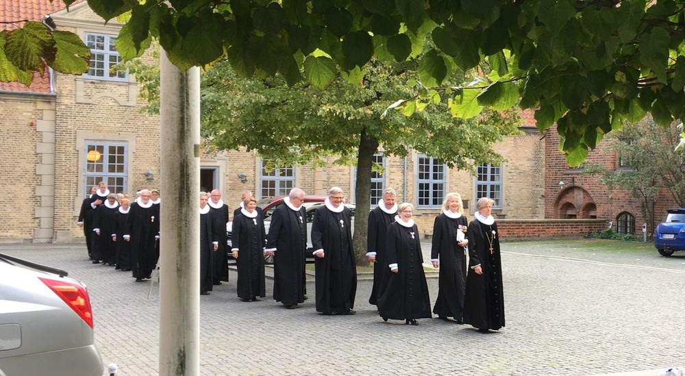 Provster på vej fra procession