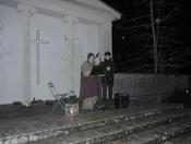 To der synger ved kirke