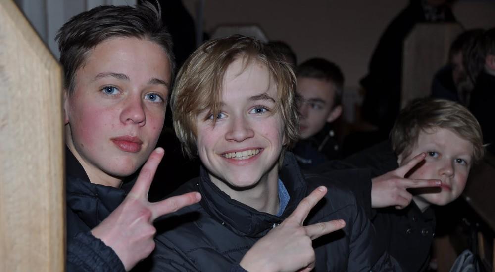 Unge drenge med håndtegn