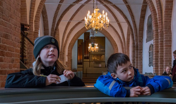 børnekonfirmander i kirke