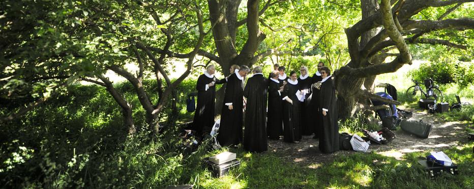 Præster forsamlet under et træ