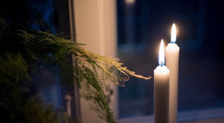 Tændte lys i et vindue