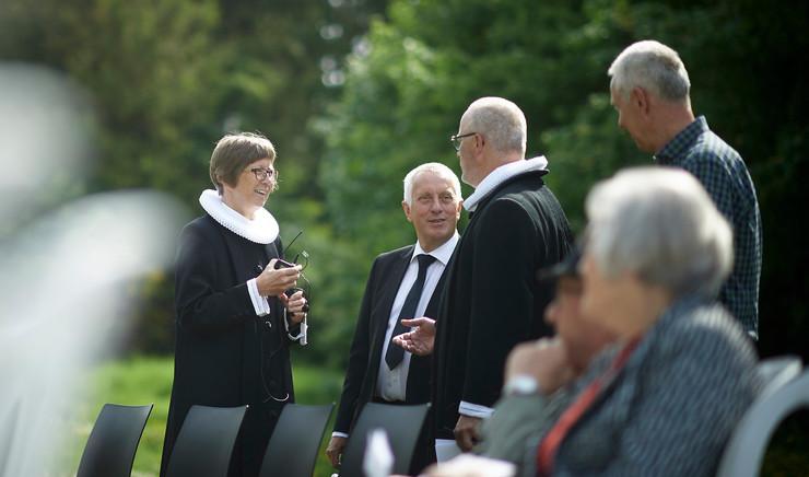 Præster der taler sammen